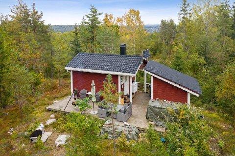 HYTTEIDYLL PÅ 15 KVADRATMETER: Denne hytta i Knardalveien på 15 kvadratmeter er perfekt for den som søker skogens ro.