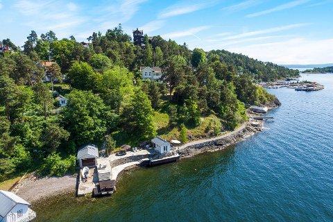 SINGASTEINVEIEN 17: For 55,5 millioner kroner fikk kjøperen av denne tomten, egen strandlinje, båthus, badehus, en villa på 300 kvm og en hage på størrelse med en god park.