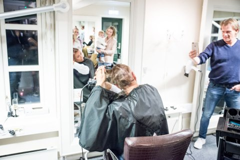"""KVINNE OVER EGEN SITUASJON: Brystkreftrammende Heidi Glint (49) inviterte nylig sine nærmeste til """"barberingsseanse"""" i frisørsalongen hun selv driver."""