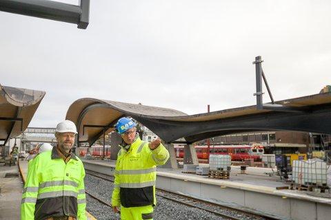 Sivilarkitekt for LPO arkitekter Øystein Kaul Kartvedt (t.v) er veldig fornøyd med hvordan prosjektleder Tore Holte har fått nye Ski stasjon til å fremstå.  - Vi ønsket å lage en smekker og spenstig konstruksjon. Det har vi fått, sier han fornøyd.