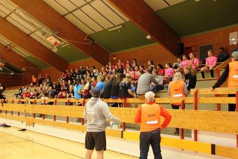 STOR GJENG: Over 90 jenter fra Langhus fotball møtte opp i Langhushallen til nattfotball forrige fredag.