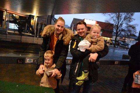 MØTEPLASS: Jeanette og Fredrik Emberland hadde med seg barna Philip (5) og Amelia (2).