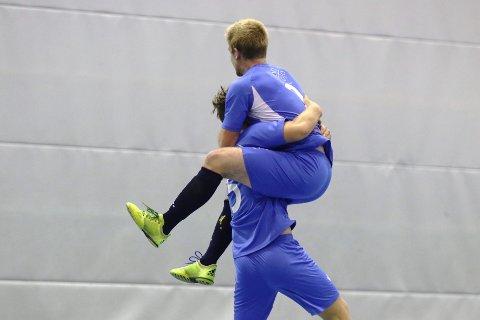 1-0: De to spillende trenerne Stein Kjetil Gimre og Iver Strandheim slipper jubelen løs etter førstnevntes 1-0-scoring.