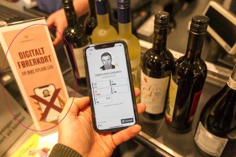 På vinmonopolet i Ski har de satt opp skilt om at digitalt førerkort ikke aksepteres som legitimasjon.