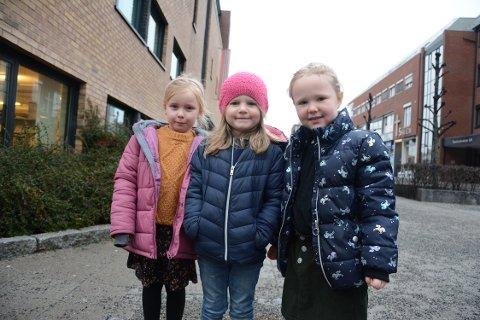 FORNØYD: Emily Noer (5), Aria Fredheim (4) og Ellie Lystad Welsh (4) kom fra Drøbak for å se Frost 2 i Ski.