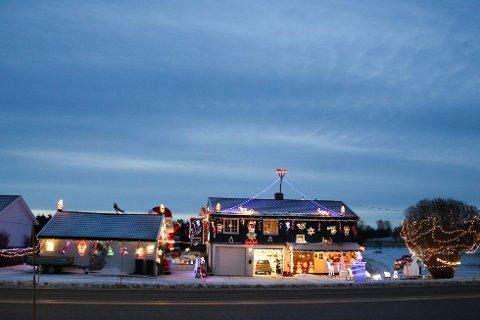 LYSENDE LANDEMERKE: Mange bremser ned for å få en ordentlig titt på Julehuset på Sneissletta. Bildet er tatt for et par år siden, og det er nok kommet opp enda flere nisser siden den gang.