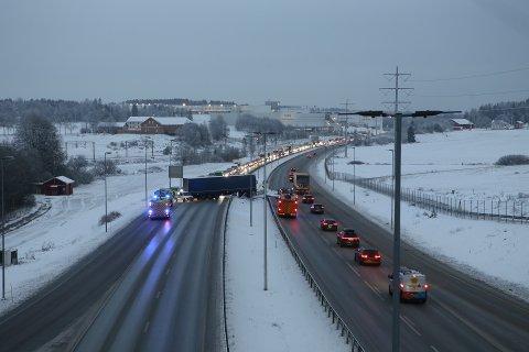 Et vogntog står på tvers av E6 ved Vestby sentrum tirsdag morgen.