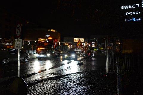 MØRKLAGT I SKI: Deler av Ski sentrum var mørklagt i forbindelse med ulike arbeider. Det gjordet ikke sikten noe bedre at det regnet og var vått i store deler av november.