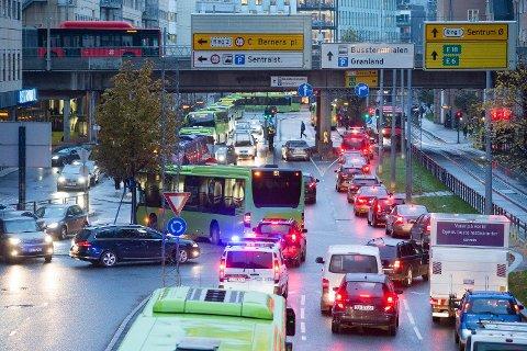 ØNSKER BILFRIE SØNDAGER: MDG i Oslo foreslår å stenge flere sentrumsgater for biltrafikk på søndager store deler av året. Dette er et illustrasjonsbilde av rushtidstrafikk i Schweigaards gate i Oslo sentrum.