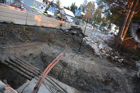 GRAVD OVER: Det er en stor vannledning som er kuttet.