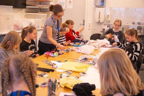 KLIPP KLIPP: Mange var ivrige med å redesigne klær. Foto: Peder Blümlein