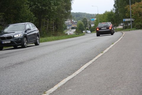 OMDISKUTERT: Her ved pendlerparkeringen ved Rosenholm stasjon skal det settes opp en bomring. Denne har det vært diskusjoner rundt, blant annet med hensyn til pendlerne fra Oppegård. Foto: Anders Nordheim Dahl