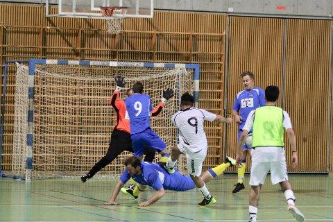 Isak H. Nesbakken (liggende), Benjamin Dahl Hagen (med ryggen til), Tobias Borgen og keeper Kristian Moe viste en strålende innsats i  sluttsekundene mot Klemetsrud og sikret seier for Ski IL Futsal