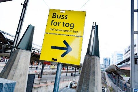 """VARSLER KAOS-SOMMER: Massiv trafikkprosjekter i sommer dobler behovet for """"buss for tog"""", primært på Østlandet. NSB ønsker å kunne leie inn utenlandske bussjåfører, men dete rbare fordi de er billigere, hever NHO og fagorganisasjnen for de norske sjåførene."""