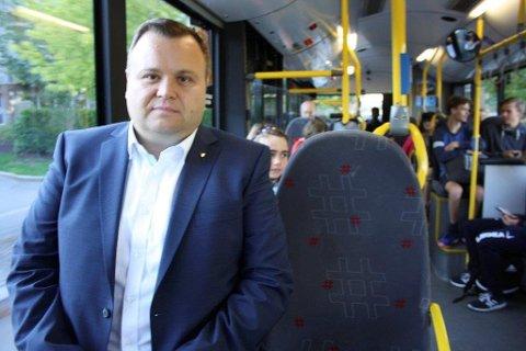 KLIMAUTSLIPP OG TIDSKLEMME: Ordfører Thomas Sjøvold etr veldig glad for at Ruter ønsker å teste ut idrettsbusser i Oppegård. - Kan flere ta buss til trening, er det bra med tanke på klimautslipp og behovet for parkeringsplasser. Hverdagen for foreldre i tidsklemma vil også bli enklere, uttaler han.
