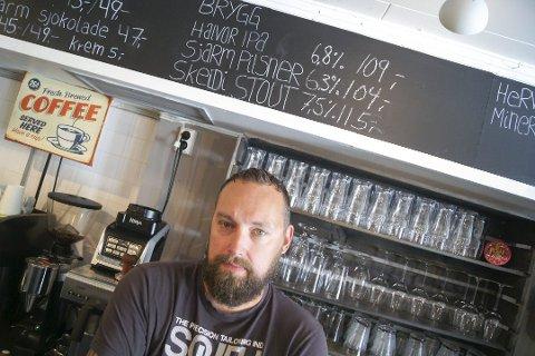 RETT BAK: Daglig leder bertil Lundwall hos Café Sjarm kom til kafeen rett etter at innbruddstyven hadde forlatt lokalet.