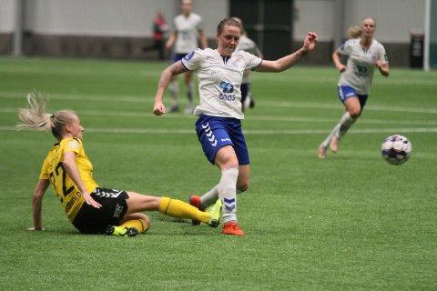 FARE PÅ FERDE: Isabell Herlovsen scoret to og var en konstant trussel for LSK-forsvaret. Her takles hun imidlertid av tidligere Kolbotn-spiller Anja Sønstevold.