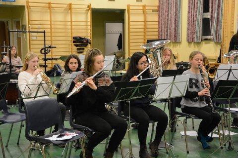 KONSERT: Musikantene i Ski skolekorps får Garden på besøk under konserten deres i rådhusteateret.