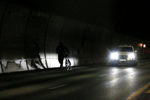 MØRKEVANDRING: Syklisten fikk eskorte av politiet opp av tunnelen.