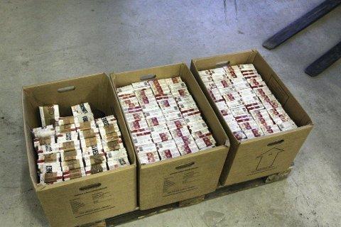 SMUGLERSIGARETTER: I tillegg til 30 kilo tobakk lå det 54.000 sigaretter av merket Prince og Marlboro i bilen. Bildet er fra et tidligere beslag.