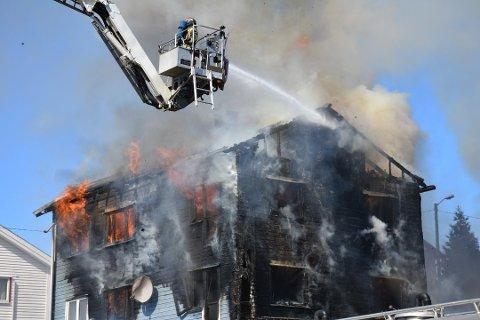 UMULIG Å REDDE: Huset i Mysen var allerede overtent da brannvesenet kom fram lørdag.