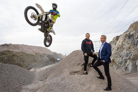 HOPPENDE GLAD: Bård Gultvedt, Tobias Inseth og Casper Olsen ( i lufta) gleder seg stort til å kunne kjøre på egen bane. - Vi håper at den skal være kjørbar om ett år, sier Gultvedt.