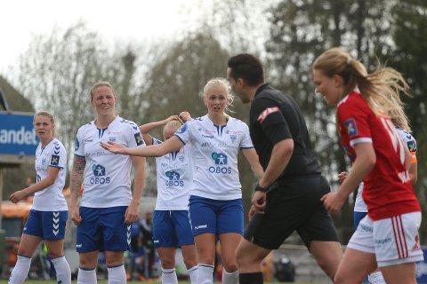 NÆR ANNULLERING: Karina Sævik (nærmest) og lagvenninnene tror ikke sine egne øyne og seiersmålet henger i en tynn tråd. Men 3-2-målet hennes ble godkjent.