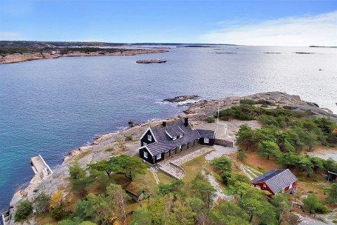 VIL HA 35 MILL: Denne eiendommen som ligger ytterst i havgapet på Hankø, er den dyreste sjøhytta på markedet. Foto: Sem & Johnsen Eiendomsmegling
