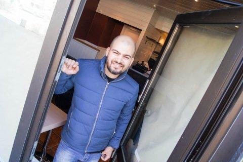 MÅTTE UTSETTE: Mohamed Ibrahim måtte utsette åpningen av kafeen La Buvette i gågata, og åpner dermed dørene for første gang på selveste nasjonaldagen.