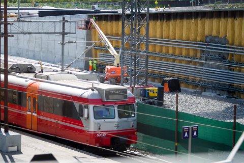 Bane Nor jobber i dag med å forsterke spunten langs sporene inn på stasjonen. Entreprenøren vil  jobbe frem til slutten av mai med å forsterke spuntenålene.