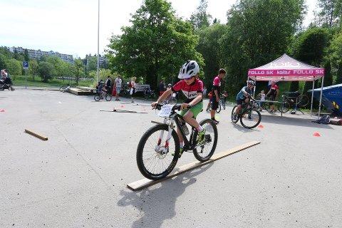 MANGE AKTIVITETER: Langhus IL arrangerer åpen dag lørdag. Dette bildet er fra i fjor, hvor man kunne teste seg på sykkelen.