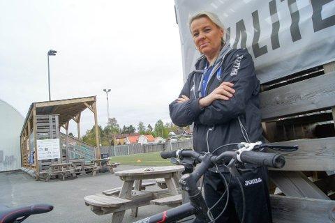 HÅPER PÅ BEDRING: Ski IL Fotball har blitt utsatt for betydelig hærverk og tyverier de siste månedene i og ved klubbhuset. Nå håper daglig leder Ragnhild Carlsen at overvåkingskameraer skal få bukt med problemene.