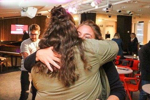 VEIEN TILBAKE: Helene Back fra Ski fikk mange gode klemmer i foajeen i Rådhusteatret torsdag kveld.