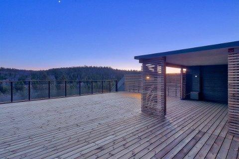 Toppleilighetene har privat takterrasse på ca. 90 kvadratmeter med tak-cabana (overbygd del av takterrasse).