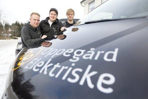 BRA VEDTAK: Bedriftseiere Anders Bakke (til venstre) vil vurdere elektrisk når firmaets dieselbiler skal byttes ut. Henrik Aasen og Joakim Sørlie er også på bildet.