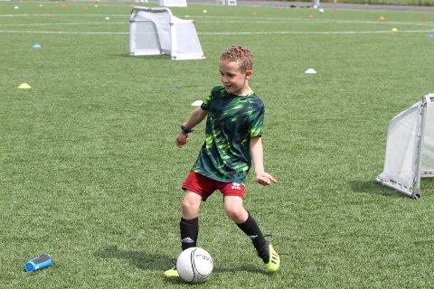Filip (8) har lært å drible, skyte og pasninger på Tine Fotballskole