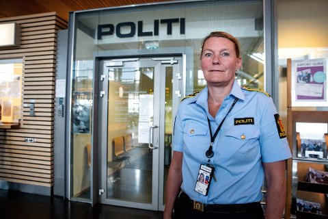 NOK Å GJØRE: Raghild Aas og hennes kolleger på Oslo lufthavn Gardermoen har mye besøk. Hun er seksjonsleder for grensekontrollen og har ansvaret for å utstede nødpass.