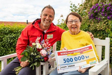 SMILER BREDT: Tom Stiansen delte ut store summer til Kirsten Eftestøl (79) , som smilte bredt.