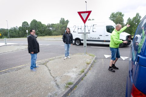 LANG VENTETID: Mange av bilistene på Kråkstad er enig med Jalal Al-Mustafa, Anders Eidsvaag Graven og Tor Anders Østby om at det må bygges en rundkjøring på E18.