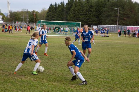Her er Kolbotn J14 i aksjon mot IFK Göteborg J14 under fjorårets turnering.