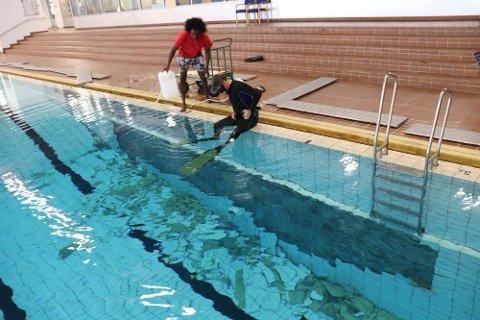 LØSNET: Hallbetjentene Marc Boniface og Mossab Sedahmed har sin fulle hyre med å dykke etter fliser som har løsnet fra veggene.