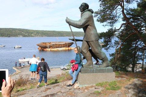 FOLKEFEST: Polarskuta «Maud» kom til Roald Amundsens hjem på Svartskog en søndag formiddag i august 2018. Det ble den rene folkefesten på Uranienborg. Her er et bilde tatt fra begivenheten. Skuta ligger dog et helt annet sted nå.
