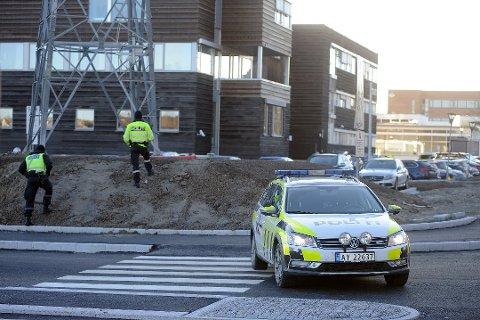 EVAKUERT: Follo politistasjon i Ski ble evakuert og avsperret etter at pakken med bomben ble åpnet på postmottaket.