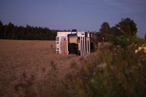 SOLNEDGANG: Lastebilen havnet på jordet.