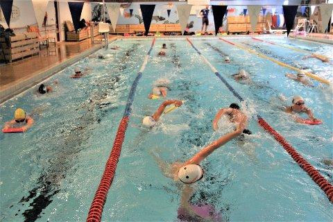 TETT I TETT: Trangt om plassen i vannet når Kolbotn og Ski Svømmeklubb trener sammen, men med godt samarbeid gjør klubbene det beste ut av det – og får til bra treninger for de fleste svømmerne under «vannkrisen».