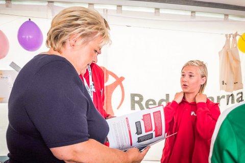 STORFINT BESØK: Redd Barna-ambassadør Daniel Rishaug Kjos (14) fra Ski møtte statsminister Erna Solberg på Ekebergsletta.