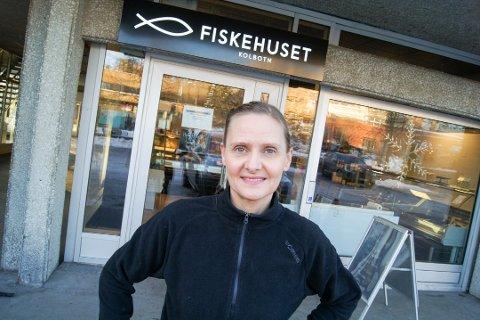 Daglig leder Gulla Johannesdottir opplyser Fiskehuset vil fortsette å holde åpent som normalt fremover.