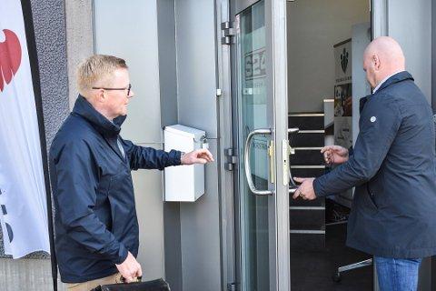 KONKURS: Bostyrer Robert Jensen i SANDS ankommer lokalene til App Security sammen med styreleder Ken Torkildsen (til høyre). Foto: Lars Johnsen