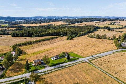 LANDELIGE OMGIVELSER: Hønsen gård ligger ute til salg for 6,1 millioner kroner. FOTO: DNB EIENDOM