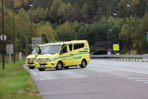 BEREDSKAP: Flere ambulanser var på stedet etter at Oslofjordtunnelen ble stengt som følge av røykutvikling i bil med stans.